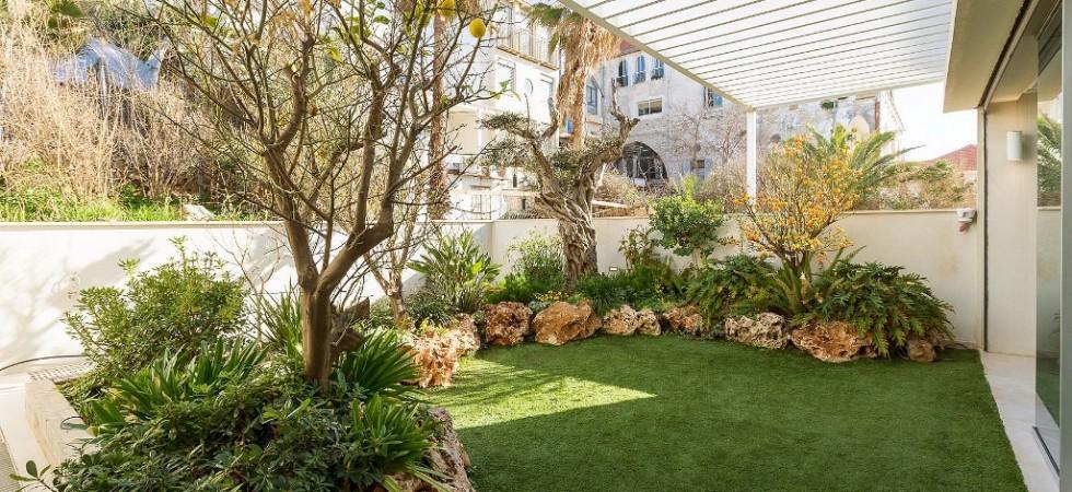 Jaffa Harbor garden apartment